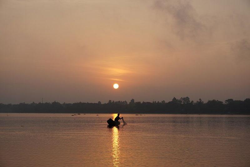 Búng Bình Thiên là hồ chứa nước thiên nhiên rộng lớn, cung cấp nước ngọt sinh hoạt cho cả vùng phụ cận. Ảnh: Năm Sáng.