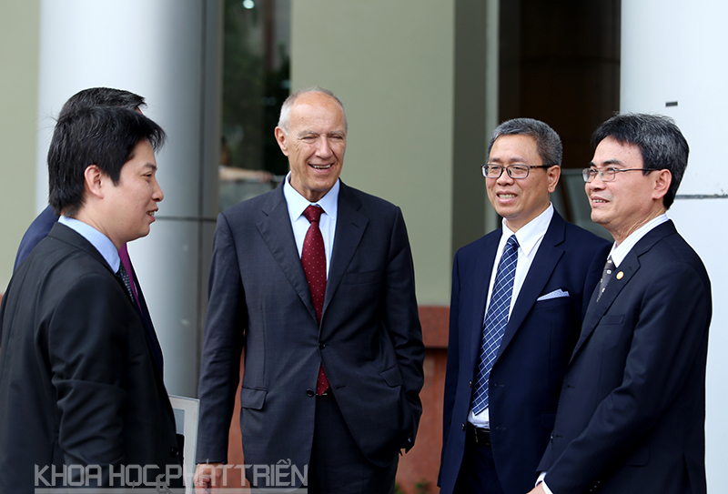 Tổng Giám đốc Tổ chức Sở hữu trí tuệ thế giới (WIPO) Francis Gurry (giữa) trong chuyến thăm và làm việc tại Việt Nam đợt tháng 3 vừa qua. Ảnh: Loan Lê.