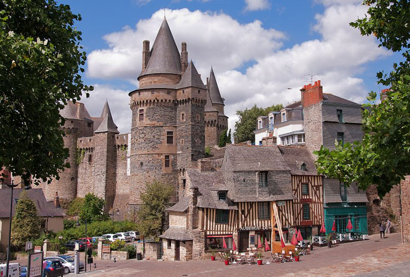 10. Lâu đài De Vitre. Lâu đài thời trung cổ nằm ở thị trấn vitre, Pháp. Lâu đài đầu tiên ở Vitre được xây bằng gỗ trên một công sự thời phong kiến 1000 năm ở đồi Sainte-Croix. Lâu đài đã bị cháy vài lần và cuối cùng được truyền lại cho thầy tu theo dòng thánh Benedictic của Tu viện Marmoutier. Lâu đài bằng đá đầu tiên do nam tước Robert đệ I của Vitré xây dựng vào cuối thế kỉ thứ 11. Địa điểm phòng thủ được chọn là một doi đất vững chắc nhìn xuống thung lũng Vilaine.