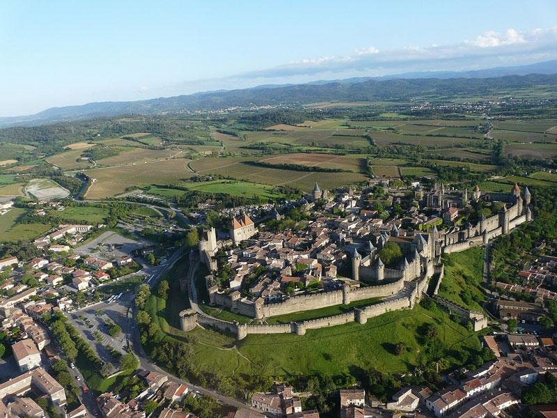 1. Thành phố pháo đài Carcassonne. Quần thể kiến trúc thời Trung Cổ nằm ở bờ phải của sông Aude tại thành phố Carcassonne, Pháp. Tòa thành đồ sộ với chu vi khoảng 3 km gồm 52 tháp canh còn tồn tại đến ngày nay, ngoài ra còn có một lâu đài và nhà thờ cổ. Carcassonne là một trong những thành phố pháo đài cổ nguyên vẹn nhất còn tồn tại đến ngày nay ở châu Âu. Năm 1997 toàn bộ khu kiến trúc này đã được UNESCO công nhận là Di sản thế giới.