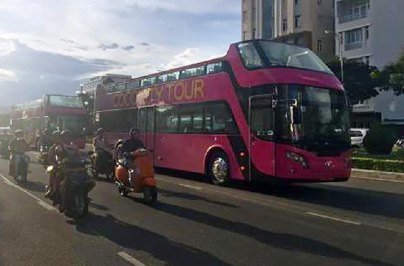 Những chiếc xe buýt hai tầng đầu tiên tại Đà Nẵng lăn bánh trong buổi đầu chính thức ra mắt.
