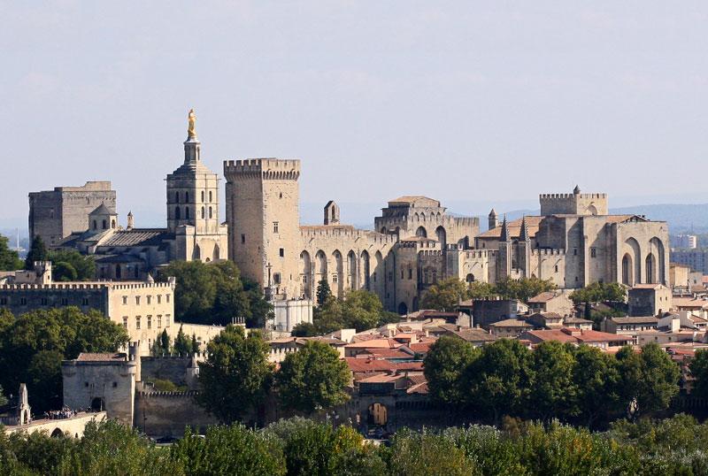 2. Cung điện của Giáo hoàng. Được thiết kê theo kiến trúc gothic, nằm ở khu lịch sử của thành phố Avignon, Pháp. Ngày nay, cung điện này, cùng với cầu Avignon và Tòa nhà Hội đồng giám mục gần cạnh, đã được UNESCO công nhận là di sản thế giới 1995.