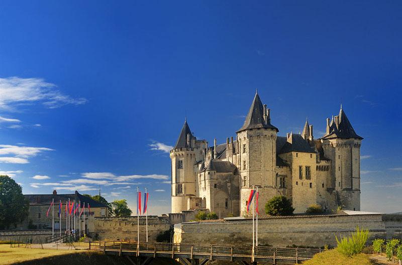 3. Lâu đài De Saumur. Nằm ở Saumur, Pháp. Lâu đài được xây dựng vào thế kỷ thứ 10 bởi Theobald I. Đây là một trong những lâu đài đẹp nhất nước Pháp nói riêng và thế giới nói chung.