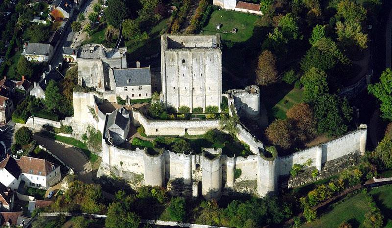 4. Lâu đài De Loches. Tòa lâu đài này nằm ở Loches, Pháp. Nó được xây dựng vào thế kỷ thứ 9. Năm 1985, nó được chuyển đổi thành bảo tàng có chứa bộ sưu tập lớn nhất của áo giáp thời trung cổ ở Pháp.