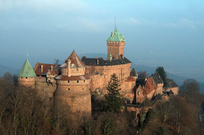 5. Lâu đài Du Haut-Koenigsbourg. Lâu đài thời trung cổ nằm ở Orschwiller, Pháp. Ngày nay, đây là địa điểm du lịch lớn, thu hút hơn 500.000 du khách mỗi năm.