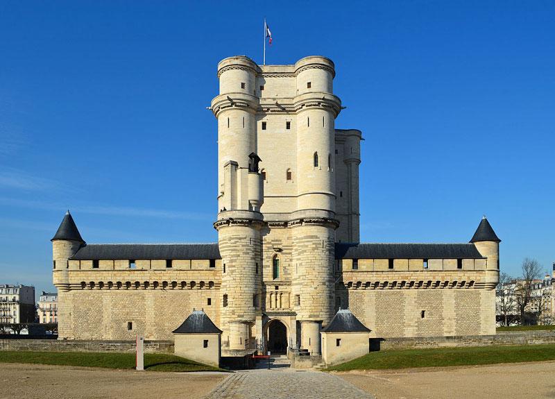 6. Lâu đài De Vincennes. Nó tọa lạc tại thị trấn Vincennes, Pháp. Lâu đài được xây dựng từ giữa những năm 1340-1410, thời vua Louis VII. Qua thời gian, hầu hết các tòa chính của lâu đài đều bị phá hủy cho đến khi được xây dựng, trùng tu lại vào thế kỷ 14.