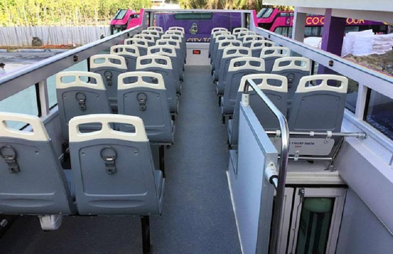 Tầng 2 của chiếc xe buýt 2 tầng tại Đà Nẵng không khác nhiều so với chiếc chạy thử nghiệm tại Hà Nội, với 42 chỗ, gá để bình nước, hệ thống loa giới thiệu các điểm du lịch...