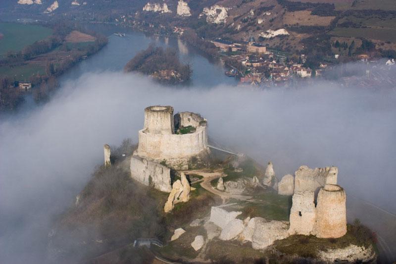 7. Lâu đài Gaillard. Lâu đài thời trung cổ tọa lạc ở Les Andelys, Pháp. Nó được bắt đầu xây dựng vào năm 1196 dưới sự bảo trợ của Richard I (Vua của nước Anh). Lâu đài được liệt kê vào di tích lịch sử của Bộ Văn hoá Pháp.