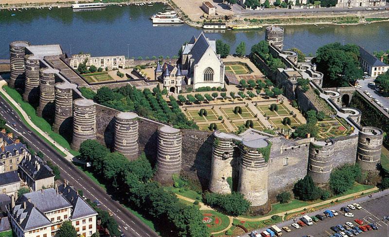 8. Lâu đài Angers. Lâu đài nằm ở thung lũng Loire, thuộc thành phố Angers, Pháp. Nó được xây dựng ở thế kỷ 9 bởi công tước Geoffrey Plantagenet. Mỗi năm, nơi này tiếp hàng triệu khách tới tham quan.