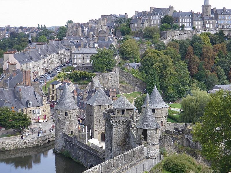 9. Lâu đài Chenonceau. Tọa lạc ở thung lũng sông Loire ở Pháp. Lâu đài được xây dựng trên địa điểm của một nhà máy cũ trên sông Cher. Nó được xây dựng năm 1513 bởi Katherine Briconnet. Đây là một trong những điểm tham quan hấp dẫn nhất nước Pháp.
