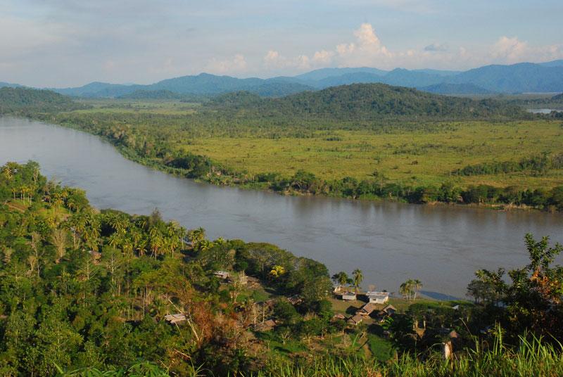 10. Sông Sepik. Đây là con sống dài nhất nằm trên đảo New Guinea. Sông Sepik là một trong những hệ sinh thái đa dạng nhất trên thế giới với núi cao, rừng mưa nhiệt đới rậm rạp và đầm lầy ngập mặn trước khi đổ vào Biển Bắc Bismarck PNG. Chiều dài của con sông là 1.126 km và có lưu vực thoát nước trên 80.000 km2.