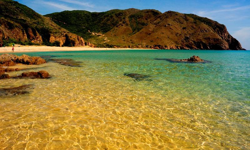 Không chỉ hấp dẫn với bãi tắm hoang sơ ít dấu chân người mà Kỳ Co còn là điểm thưởng thức hải sản tươi ngon. Ảnh: Nhi Nguyễn.