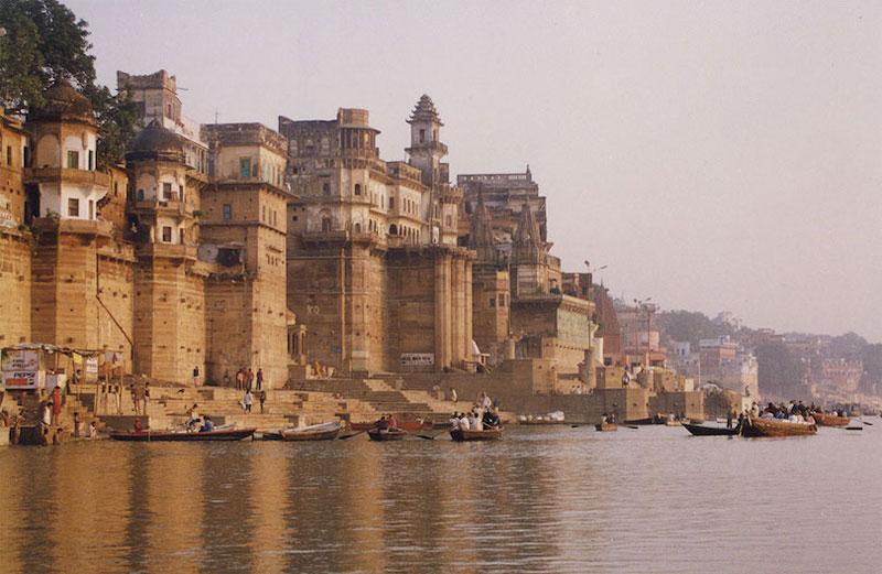 5. Sông Hằng. Là con sông quan trọng nhất của tiểu lục địa Ấn Độ. Sông Hằng dài 2.510 km, bắt nguồn từ dãy Hymalaya của Bắc Trung Bộ Ấn Độ, chảy theo hướng Đông Nam qua Bangladesh và chảy vào vịnh Bengal. Đây là sông linh thiêng nhất đối với Ấn Độ Giáo. Con sông là nguồn sống của hàng triệu người Ấn Độ sống dọc theo nó và phụ thuộc vào nó hàng ngày. Nó có vai trò quan trọng về lịch sử với nhiều thủ đô, thủ phủ của các đế quốc trước đây (như Pataliputra, Kannauj, Kara, Kashi, Allahabad, Murshidabad, Munger, Baharampur, Kampilya và Kolkata) nằm dọc theo bờ sông này.