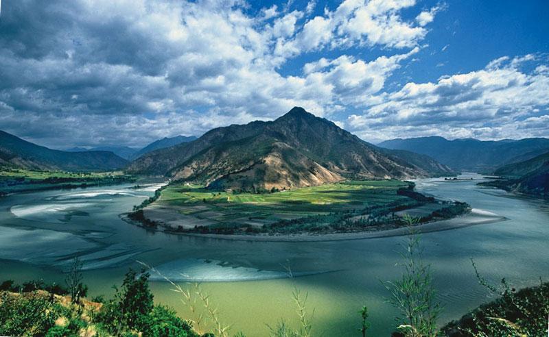 3. Sông Dương Tử (Trường Giang). Là con sông dài nhất châu Á và đứng thứ ba trên thế giới (sau sông Nin ở Châu Phi và sông Amazon ở Nam Mỹ). Trường Giang dài khoảng 6.385 km, bắt nguồn từ phía tây Trung Quốc (Thanh Hải) và chảy về phía đông đổ ra Biển Hoa Đông, Trung Quốc. Cùng với Hoàng Hà, Trường Giang là sông quan trọng nhất trong lịch sử, văn hóa, và kinh tế của Trung Quốc.
