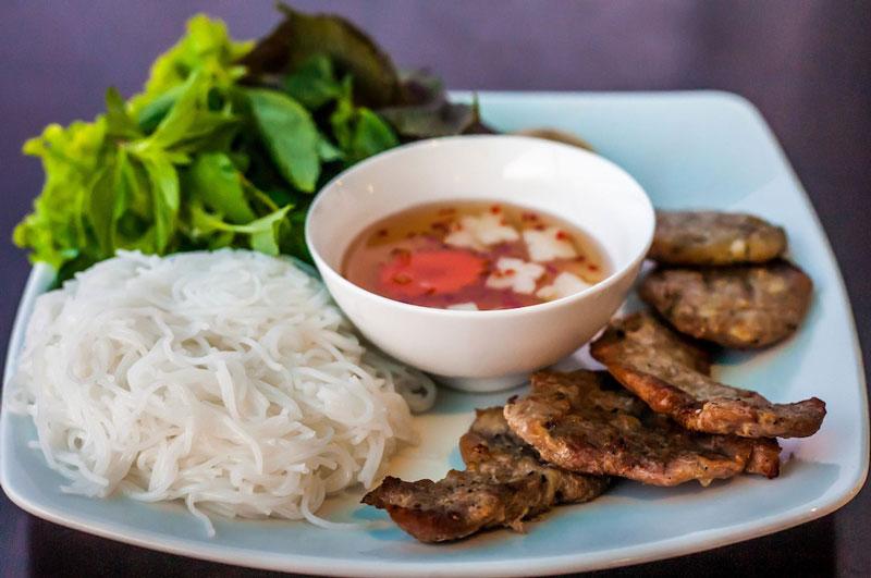 10 món ăn đường phố hấp dẫn nhất Việt Nam. Phở, bún chả, xôi, bánh xèo, gỏi cuốn, bún bò Nam Bộ, cao lầu, bánh mì kẹp, bột chiên, cà phê trứng là 10 món ăn đường phố hấp dẫn nhất Việt Nam do kênh truyền hình CCN của Mỹ bầu chọn. (CHI TIẾT)