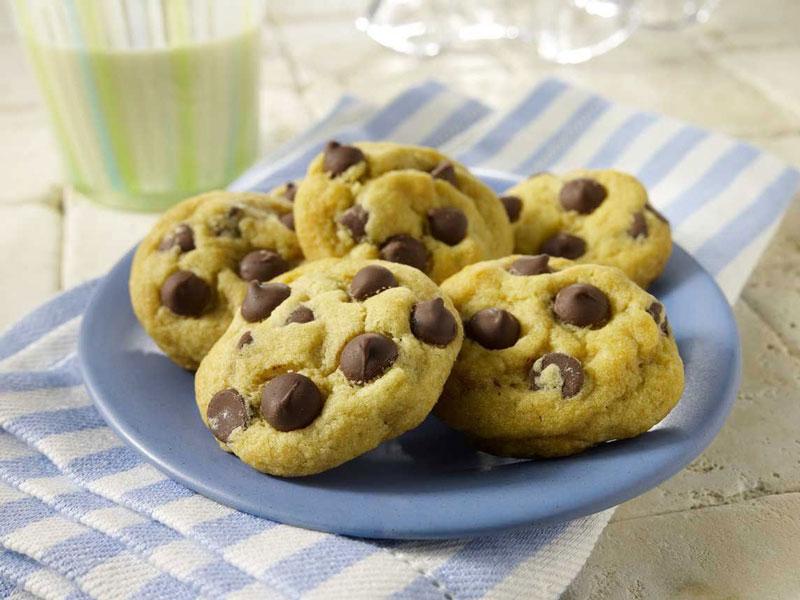 Tự làm bánh quy socola chip cực đơn giản. Bánh quy socola chip là món tráng miệng được rất nhiều người yêu thích, nhất là các em nhỏ. Món bánh này khá dễ làm với những nguyên liệu vô cùng đơn giản. (CHI TIẾT)