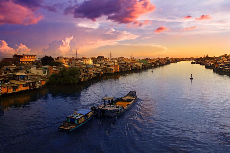 6. Sông Mê Kông. Đây là một trong những con sông lớn nhất trên thế giới, bắt nguồn từ Tây Tạng, chảy qua Trung Quốc, Lào, Myanma, Thái Lan, Campuchia và đổ ra Biển Đông ở Việt Nam. Tính theo độ dài (4.350 km), sông Mê Kông dài thứ 12 thế giới còn tính theo lưu lượng nước (795.000 km) thì dòng sông này đứng thứ 10 thế giới.