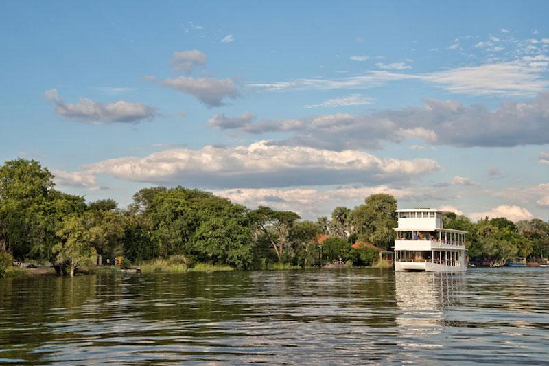 7. Sông Zambezi. Con sông dài thứ tư tại châu Phi và là sông lớn nhất đổ vào Ấn Độ Dương từ châu Phi. Sông có chiều dài 3.540 km với diện tích lưu vực sông là 1.390.000 km2. Đặc điểm nổi bật nhất của sông Zambezi là thác Victoria, một trong những thác nước đẹp nhất thế giới.