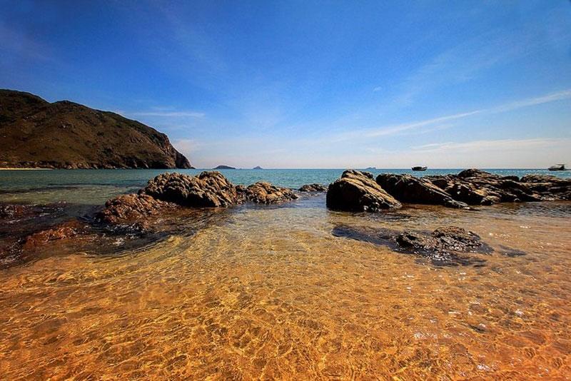 Trong suốt chặng đường ngồi ghe đến với bãi biển Kỳ Co, bạn sẽ vô cùng ngạc nhiên với cảnh thiên nhiên đẹp thơ mộng không thua bất kỳ những bãi tắm nào của các nước khác. Ảnh: Iveryluxubu.