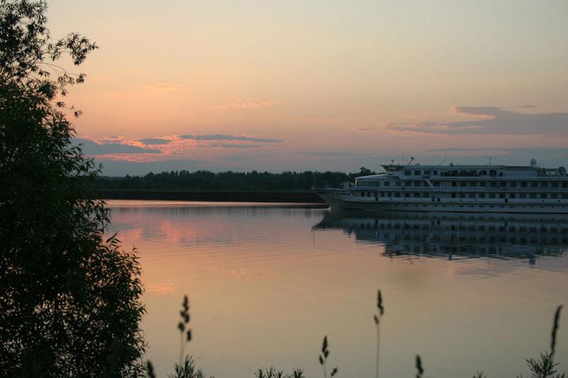 8. Sông Volga. Nằm ở miền Tây nước Nga và là con sông dài nhất châu Âu (3.690 km). Sông Volga thường đóng băng 3 tháng/năm, nhưng nó vẫn giữ vai trò quan trong trọng việc vận chuyển hàng hóa.
