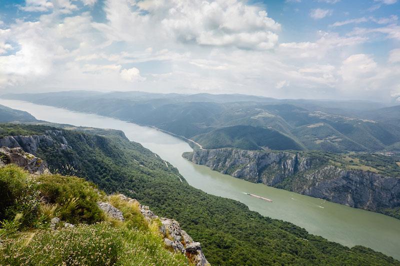 4. Sông Danube. Con sông dài thứ hai ở châu Âu (sau sông Volga ở Nga). Sông bắt nguồn từ vùng Rừng Đen của Đức, là hợp lưu của hai dòng sông Brigach và Breg. Lưu vực sông Danube được tính từ vùng Donaueschingen là điểm hai con sông được nhắc tới ở trên gặp nhau. Sông dài 2850 km, chảy qua nhiều nước Trung và Đông Âu và đổ vào Biển Đen.