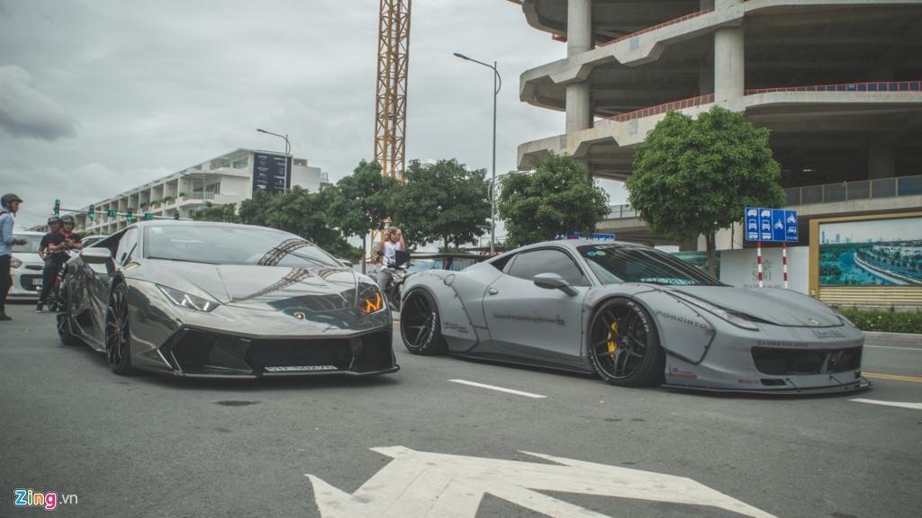 Bộ đôi siêu xe độ đọ dáng tại Sài Gòn. Chiếc Ferrari 458 Italia Liberty Walk đầu tiên tại Việt Nam sánh đôi cùng chiếc Lamborghini Huracan độ bodykit Vorsteiner Verona Edizione và dán chrome sáng bóng. (CHI TIẾT)