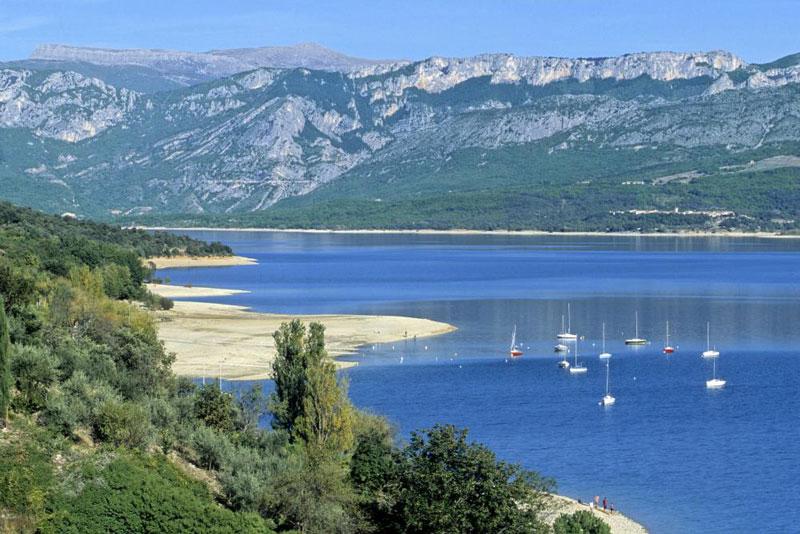 4. Hồ Sainte-Croix. Hồ nước nhân tạo được đào hồi giữa năm 1971. Hồ chứa chứa tối đa 761 triệu m3 nước. Đập tạo ra 142 triệu kWh điện/năm. Du khách tới hồ Sainte-Croix sẽ được thử cảm giác đua thuyền, lướt ván…