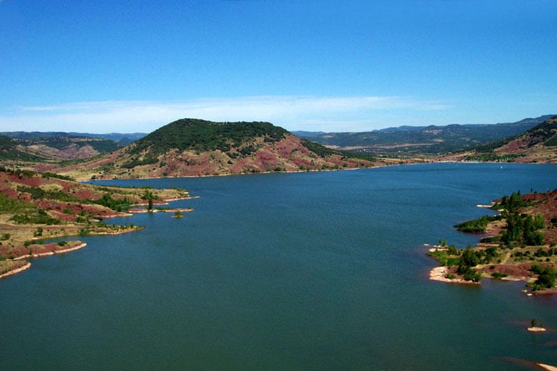 10. Hồ Salagou. Hồ chứa nước của sông Salagou, Clermont-l'Herault, Pháp. Với cảnh quan thiên nhiễn hữu tình cộng với việc khí hậu mát mẻ đã giúp hồ Salagou thu hút lượng lớn khách du lịch tới đây tham quan, nghỉ dưỡng.