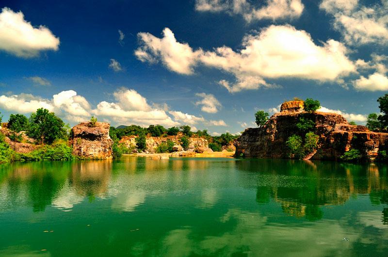 """Hồ nằm trong đồi Tà Pạ - là một trong bảy ngọn núi tạo nên địa danh """"Thất Sơn"""" huyền bí của An Giang. Ảnh: Diem Dang Dung."""