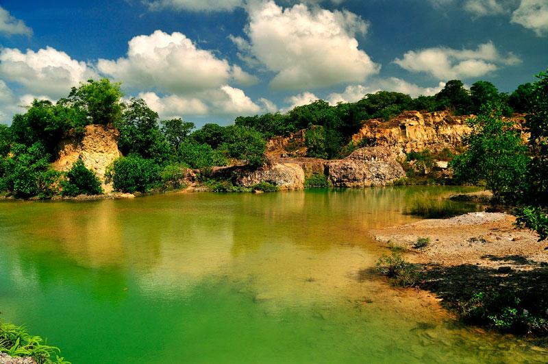 Hồ Tà Pạ khiến du khách mê mẩn bởi vẻ đẹp hoang sơ, kỳ bí của những vách đá quanh hồ soi bóng xuống mặt nước, mặt hồ yên ả, xanh trong. Ảnh: Diem Dang Dung.