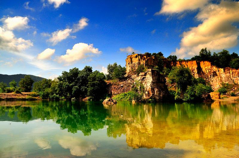 Hồ nước ngày xuất hiện cách đây khoảng 10 năm do hoạt động khai thác đá. Ảnh: Diem Dang Dung.