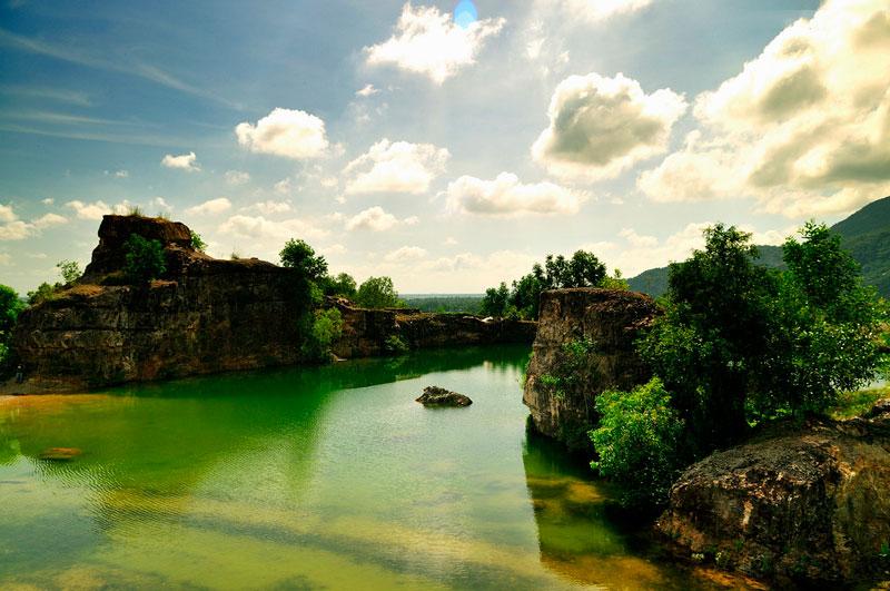 Nước ở hồ Tà Pạ trong xanh như màu ngọc bích. Ảnh: Diem Dang Dung.