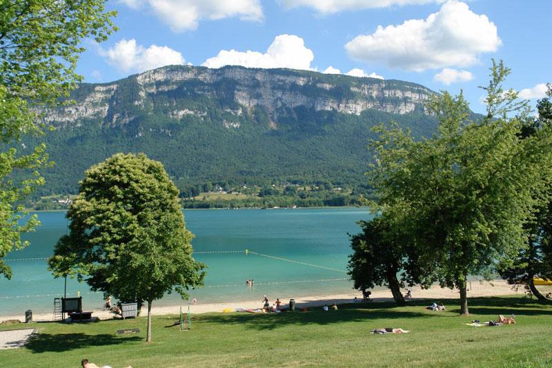 6. Hồ Aiguebelette. Hồ nước tự nhiên tọa lạc ở xã Aiguebelette-le-Lac, Pháp. Với diện tích bề mặt 5,45 km2 và độ sâu 71 mét, đây là một trong những hồ tự nhiên lớn nhất nước Pháp.