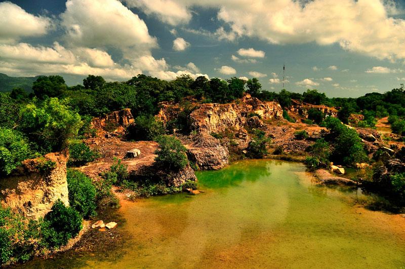 Đôi khi, nước trong hồ cũng có màu xanh thẫm, xanh nhạt hoặc hơi vàng. Ảnh: Diem Dang Dung.