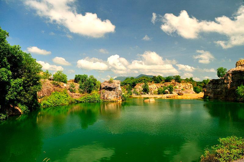 Tới đây, bạn cũng có thể ghé thăm cánh đồng Tà Pạ, chùa Tà Pạ (chùa Chưn Num)… Ảnh: Diem Dang Dung.