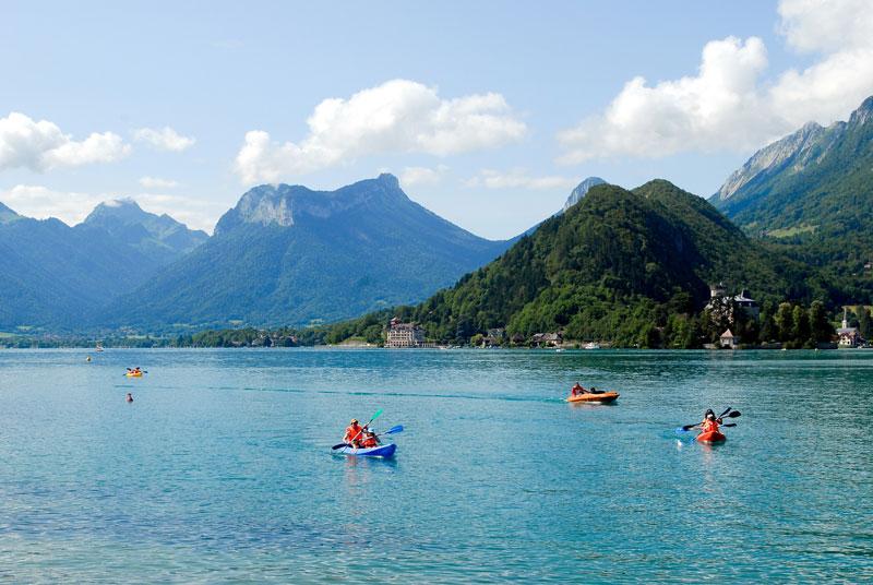 1. Hồ Annecy. Hồ nước lớn thứ 3 ở Pháp với diện tích 27,59 km2. Hồ được hình thành cách đây khoảng 18.000 năm, vào thời điểm các sông băng núi cao lớn tan chảy. Đây là một điểm đến du lịch nổi tiếng được biết đến với bơi lội và các môn thể thao dưới nước khác.