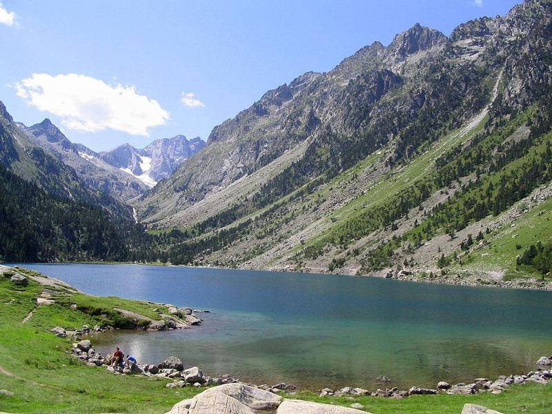 9. Hồ Gaube. Đây là hồ nước nằm dưới chân núi Pyrenees, Pháp. Hồ rộng 19 ha và nằm ở độ cao 1.725m so với mực nước biển. Đây là điểm đến ưa thích của những du khách thích leo núi lẫn chèo thuyền hay bơi lội.