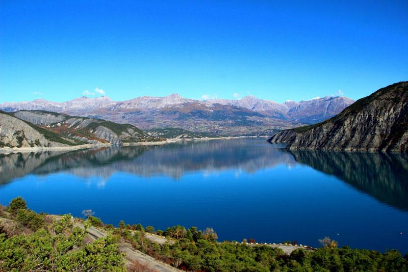 2. Hồ Serre-Poncon. Hồ nước nằm ở Đông Nam của Pháp. Nó là một trong những hồ nhân tạo lớn nhất ở Tây Âu với diện tích lên tới 28 km2.