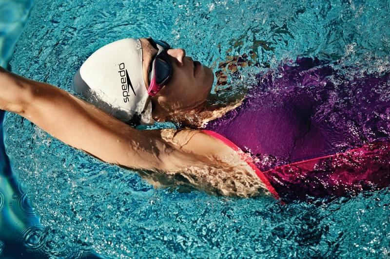 Bơi ngửa là kỹ thuật khá khó cho người mới bắt đầu bơi.