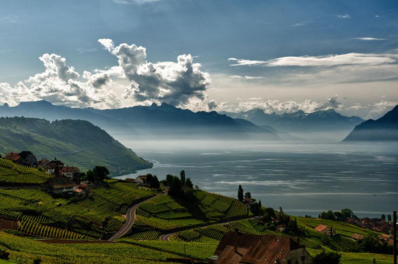 3. Hồ Geneva. Nó là hồ nước ngọt lớn thứ hai tại Trung Âu khi nói tới diện tích bề mặt, chỉ sau hồ Balaton. Khoảng 60% diện tích của nó thuộc chủ quyền của Thụy Sĩ (các bang Vaud, Geneve và Valais), và 40% thuộc Pháp (tỉnh Haute-Savoie).
