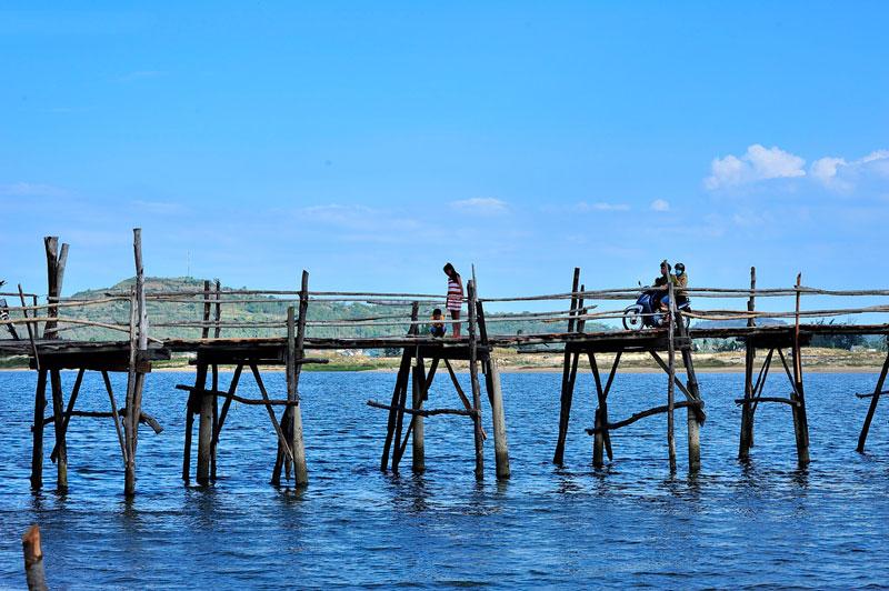 Cầu Ông Cọp nối các thôn phía Bắc xã An Ninh Tây (huyện Tuy An) với thị xã Sông Cầu (Phú Yên), bắc qua đoạn cửa sông Bình Bá thông ra đầm Ô Loan. Ảnh: Diem Dang Dung.