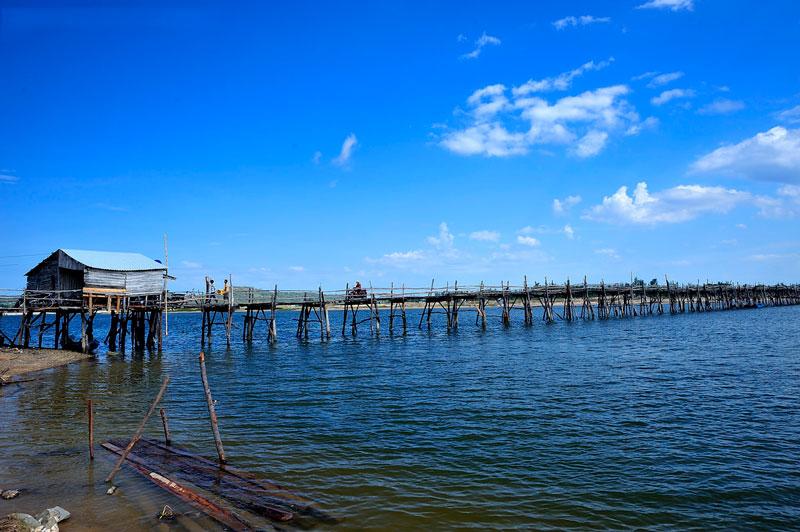 Trên đầu cầu có một chòi canh, mỗi lượt khách qua cầu sẽ phải trả phí khoảng 3.000 - 5.000 đồng, tùy vào số lượng người và hàng hóa. Ảnh: Diem Dang Dung.