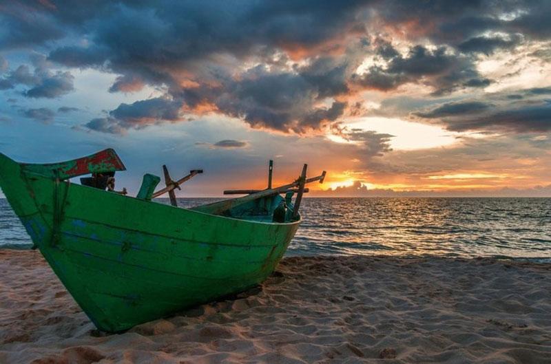 Đảo Phú Quốc dược cấu tạo từ các đá trầm tích Mesozoi và Kainozoi; bao gồm cuội kết đa nguồn gốc phân lớp dày, sỏi thạch anh, silica, đá vôi, riolit và felsit. Ảnh: Dale Johnson.