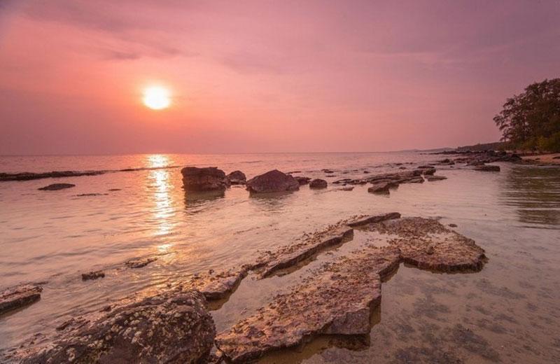 Địa hình thiên nhiên thoai thoải chạy từ bắc xuống nam với 99 ngọn núi đồi. Ảnh: Dung Nguyen.
