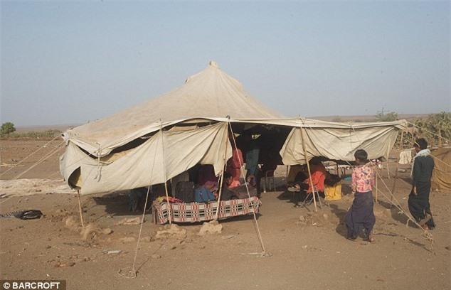 Nhiều người dân kể rằng, những người thuộc bộ tộc khác thường xua đuổi mỗi khi họ vào các làng để mua nhu yếu phẩm.