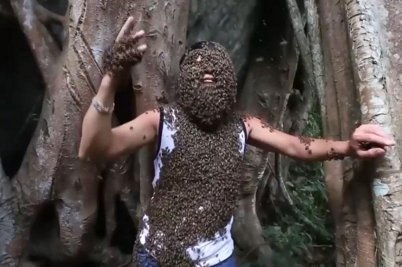 Anh Bùi Duy Nhất cho ong bu lên người.