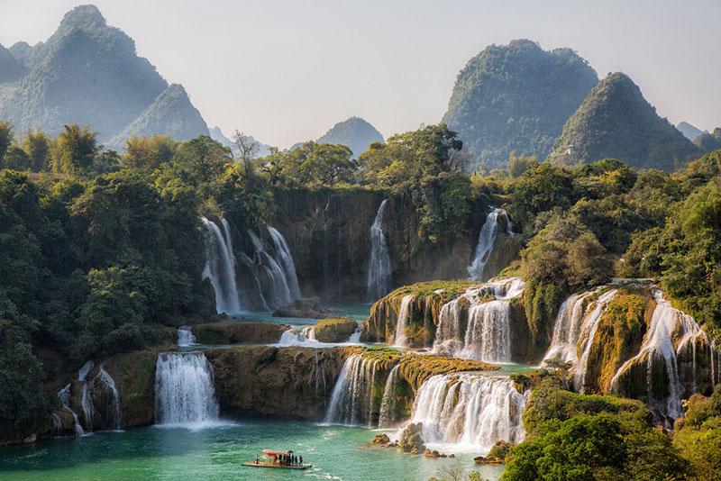 Ở giữa thác chính là cột mốc biên giới Việt-Trung. Cột mốc này được xác định qua hiệp ước về biên giới giữa hai nước năm 1999 là cột mốc 53 do Pháp - Thanh xây dựng. Theo hiệp ước 1999, phần thác phụ hoàn toàn thuộc về Việt Nam, phần thác chính chia đôi. Ảnh: Anyarena.