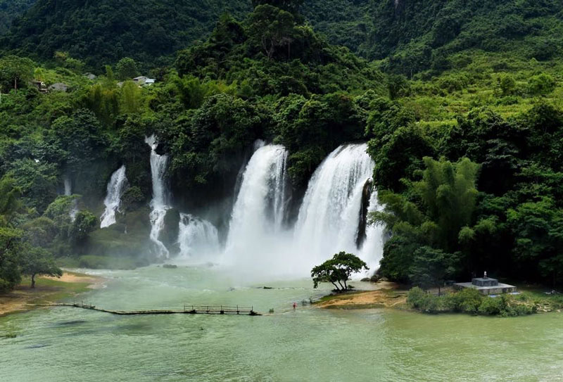 Đường dẫn tới thác Bản Giốc quanh co, uốn lượn quanh các sườn núi và có nhiều khúc cua hẹp, không khí trong lành, phong cảnh đồng quê vùng núi trù phú. Ảnh: Tuan Hoang.