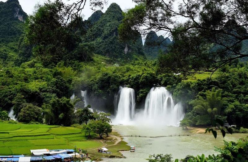 Giữa thác có một mô đất rộng phủ đầy cây, xẻ dòng sông thành ba luồng nước. Vào những ngày nắng, làn hơi nước bắn ra từ thác tạo thành cầu vồng. Ảnh: Tuan Hoang.