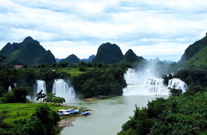 Thác Bản Giốc thuộc địa phận xã Đàm Thủy, huyện Trùng Khánh, cách thành phố Cao Bằng gần 90 km và Hà Nội gần 400 km. Ảnh: Tuan Hoang.